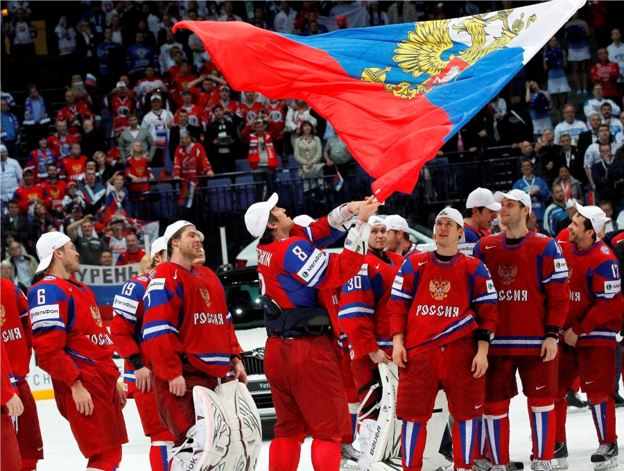 Russia's Alexander Ovechkin (C) holds a national flag as he celebrates with his teammates winning their 2012 IIHF men's ice hockey World Championship final game against Slovakia in Helsinki May 20, 2012.    REUTERS/Petr Josek (FINLAND  - Tags: SPORT ICE HOCKEY)