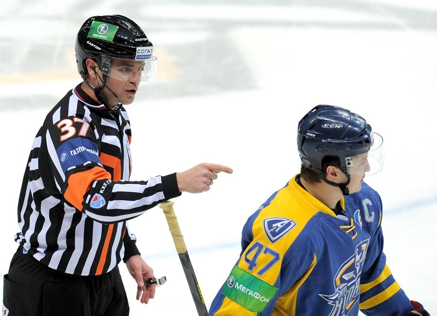 17.01.14. ????????? ??? ?????? 2013/14. «??????» (?????????? ???????) - «??????» (??????).  ?????????? ??????, ??????? ??????. |17.01.14. KHL Championship 2013/14.  Atlant (Moscow region) - Dinamo (Moscow). Konstantin Olenin, Alexei Petrov.