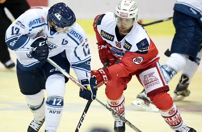 KLAGENFURT,AUSTRIA,16.SEP.16 - ICE HOCKEY - EBEL, Erste Bank Eishockey Liga, KAC Klagenfurt vs Fehervar Alba Volan 19. Image shows Adam Courchaine (Alba Volan) and Mitja Robar (KAC). Photo: GEPA pictures/ Daniel Goetzhaber
